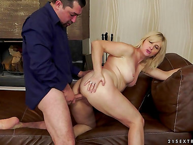 Jennyfer being drilled in her mature puss