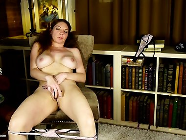 Amateur mature mom rubs her clit