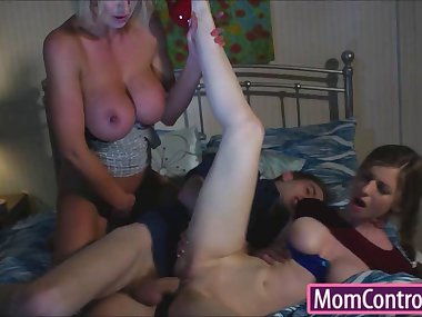 Stepmom Leigh Darby teaches stepdaughter how to..